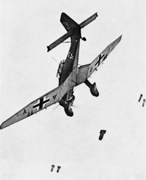 Junkers_Ju_87B_dropping_bombs (1)